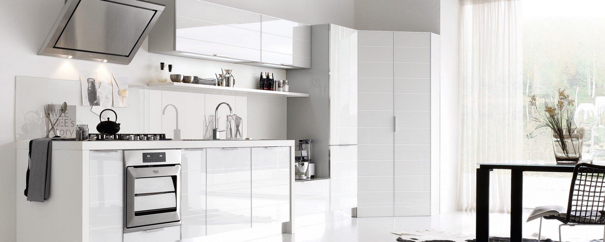 vista laterale di una cucina moderna bianca con arredamento -Brilliant