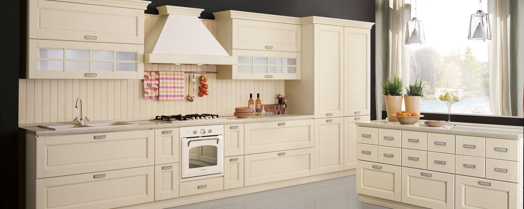vista laterale di una cucina in legno con cassetti color crema -ONTARIO