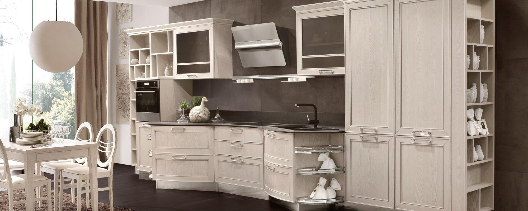 cucina moderna in legno bianco con tavolo e sedie, tenda e infissi esterni - MAXIM
