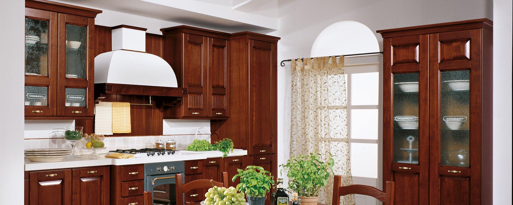 vista laterale di una cucina classica componibili stosa con tavolo apparecchiati -Malaga
