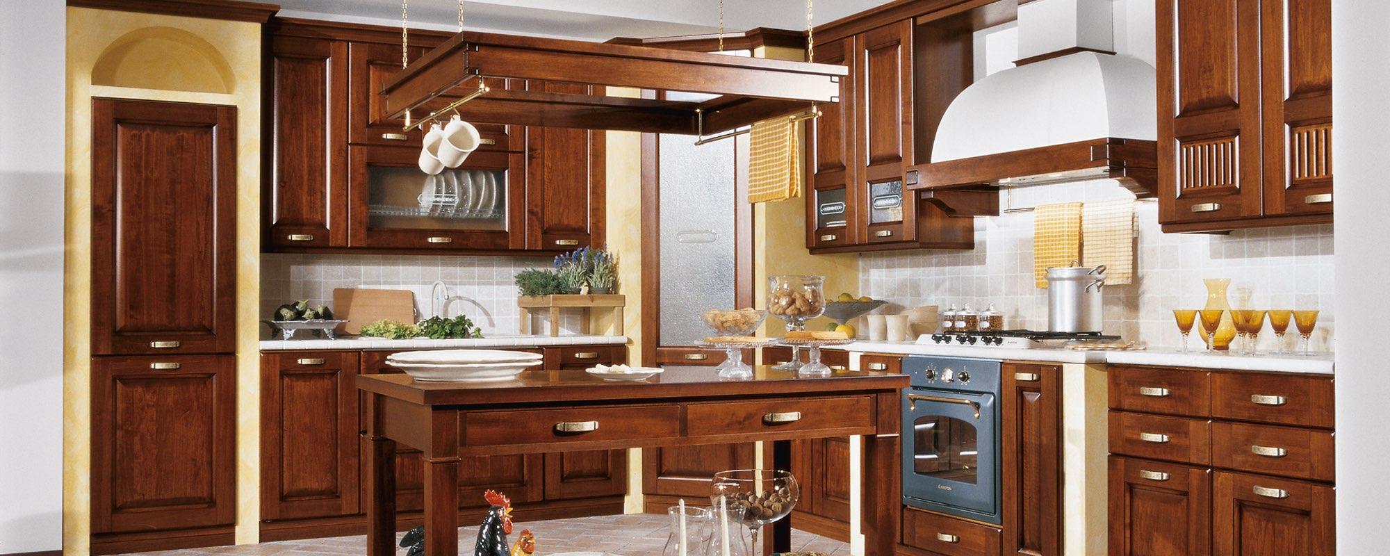 vista frontale di una cucina classica componibili stosa con tavolo apparecchiati -Malaga