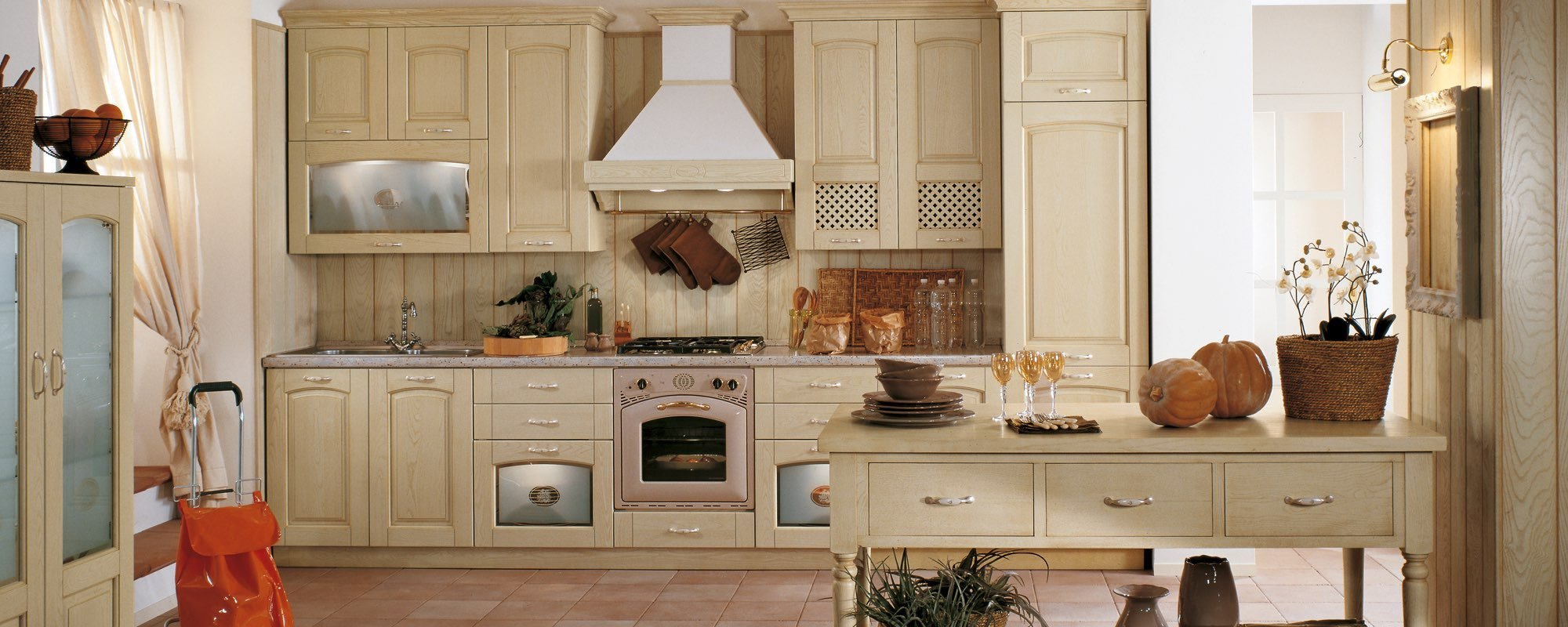 vista frontale di una cucina stosa classica in legno giallo-GINVERA