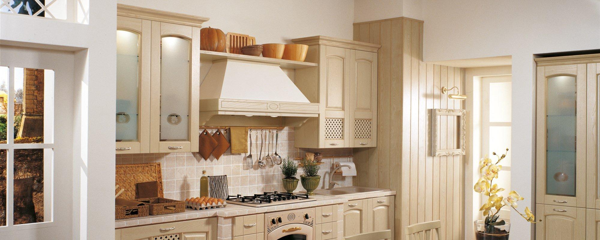 vista laterale di una cucina stosa classica in legno giallo-GINVERA
