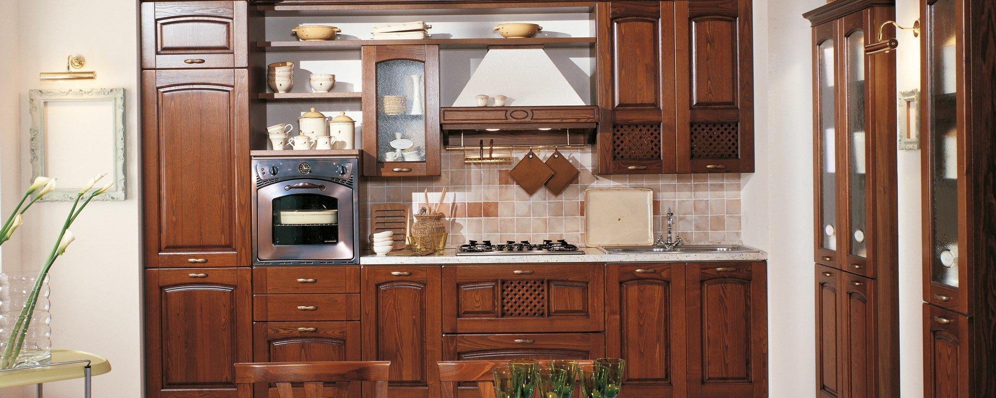 vista frontale di una cucina classica in legno -FOCOLARE