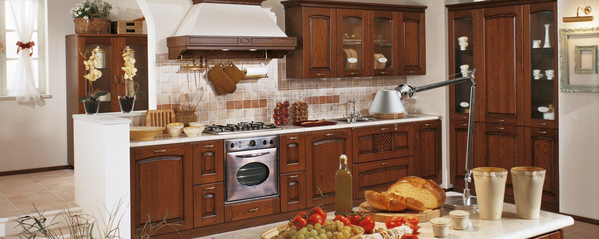vista laterale di una cucina classica in legno -FOCOLARE