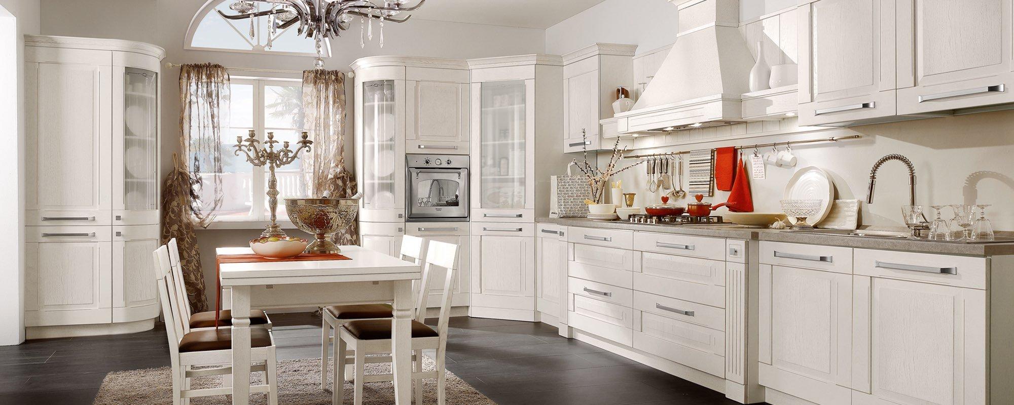cucina bianca in stile stosa con tavolo e sedie e arredamento -AIDA