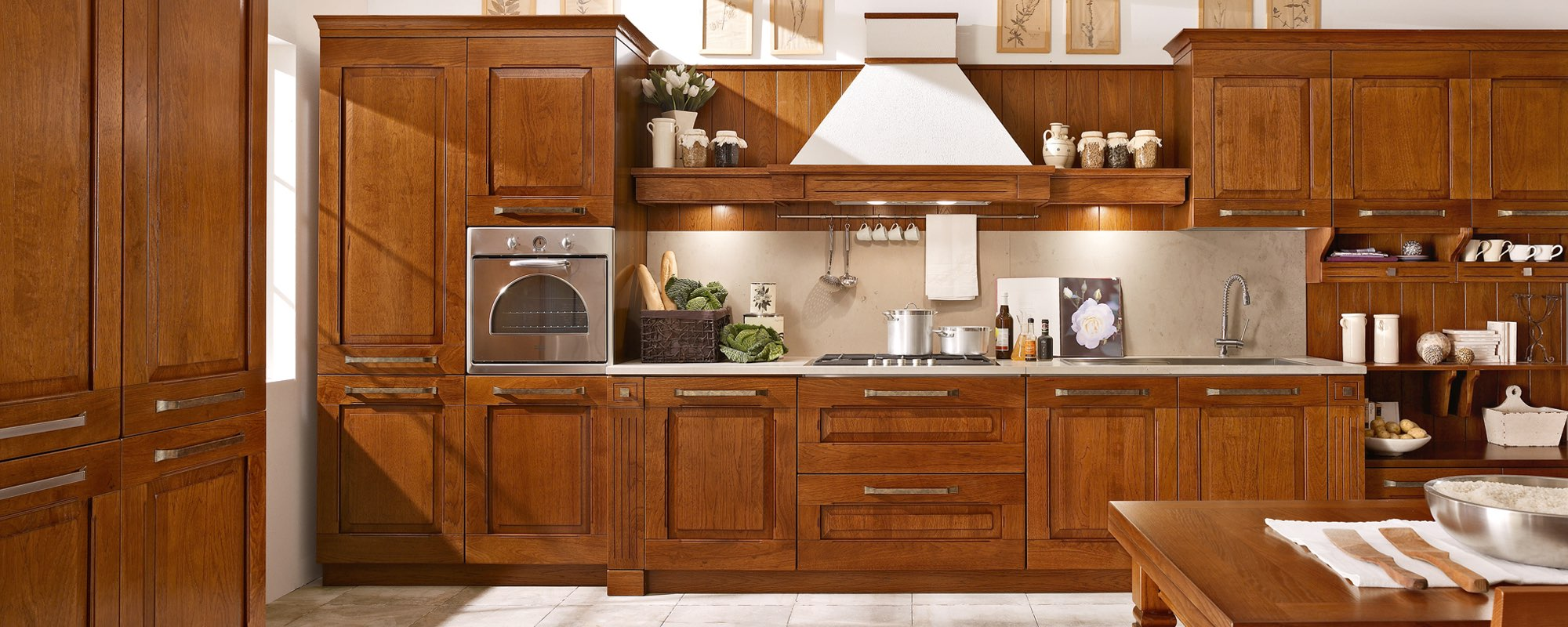 vista frontale di una cucina classica in legno con arredamento -Aida Stosa