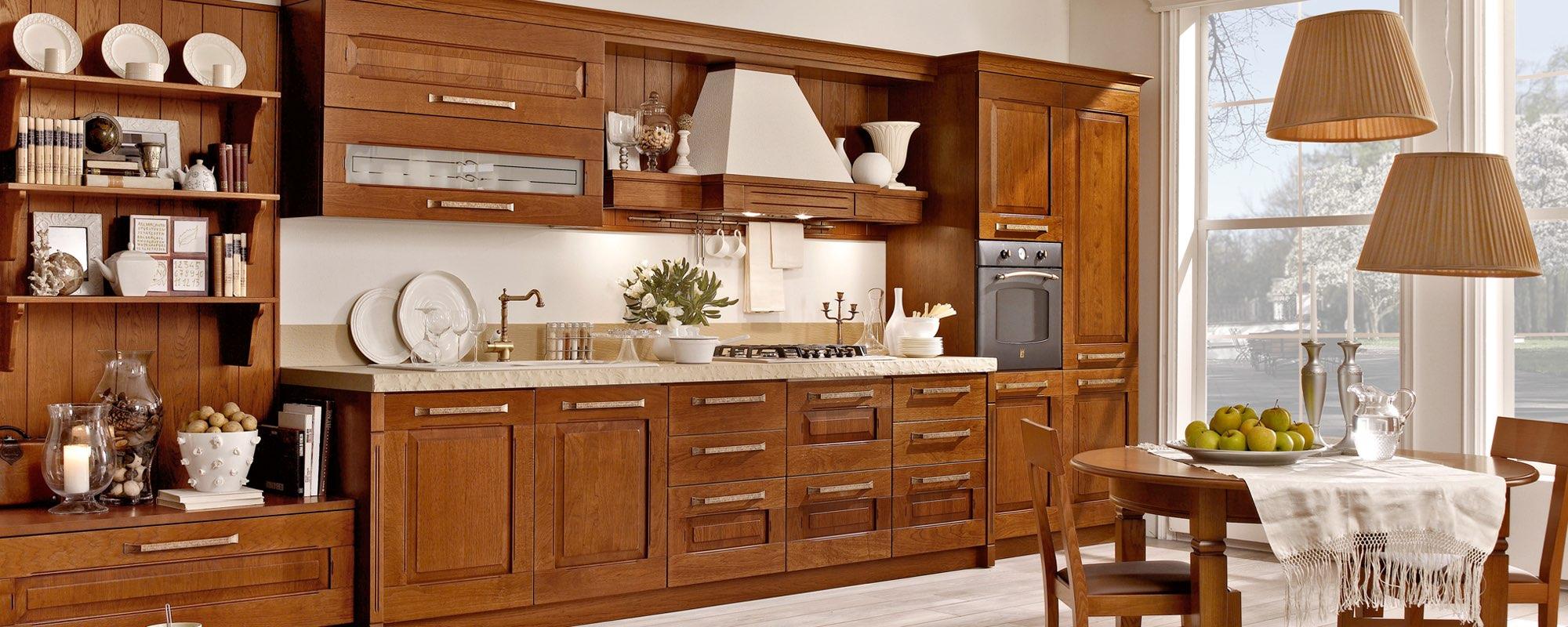 vista laterale di una cucina classica in legno con arredamento -Aida Stosa