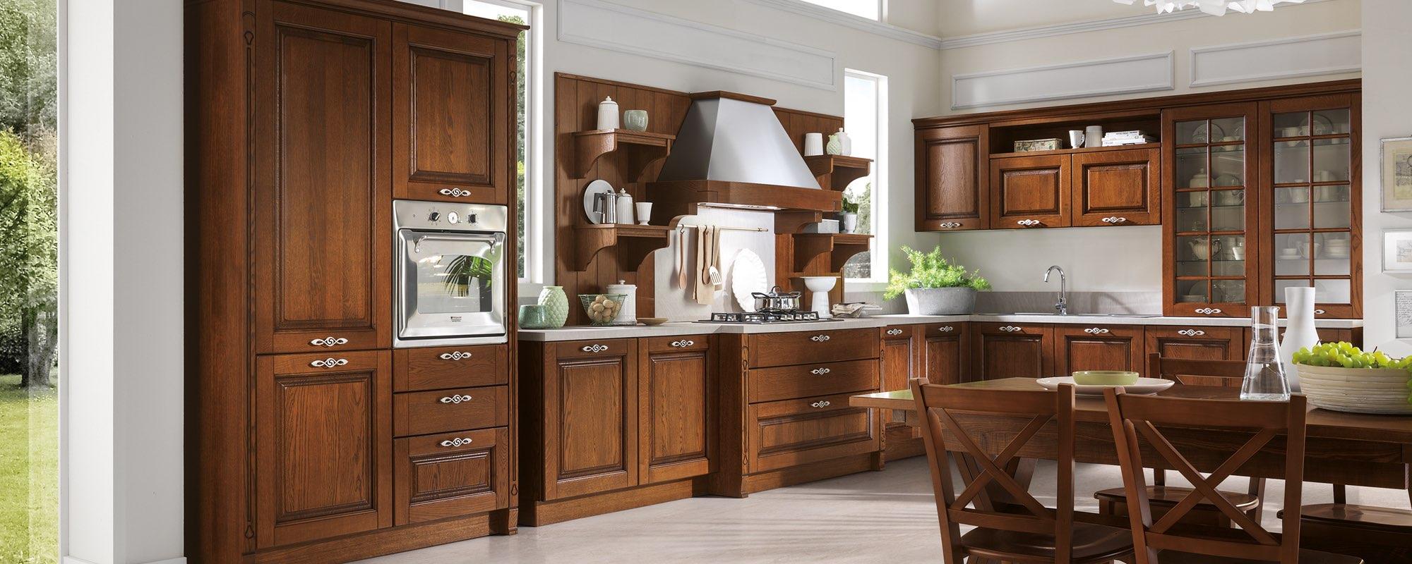 vista laterale di una  cucina classica in legno con arredo - SATURNIA