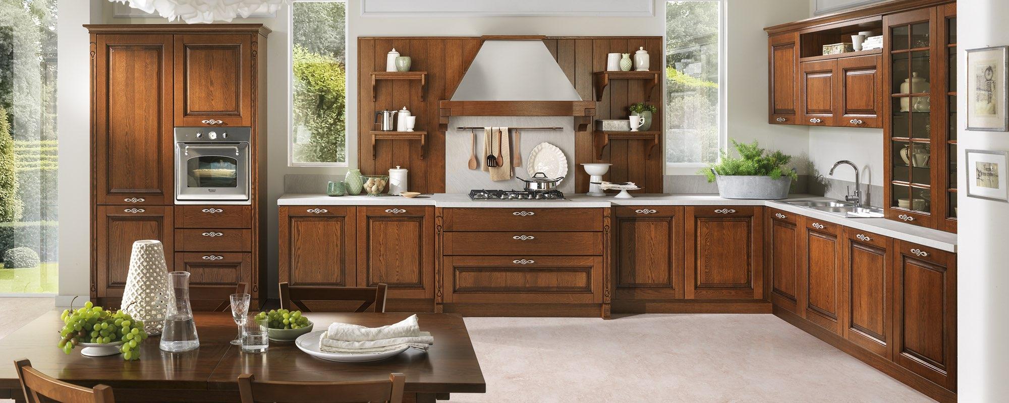 vista frontale di una cucina classica in legno con arredo