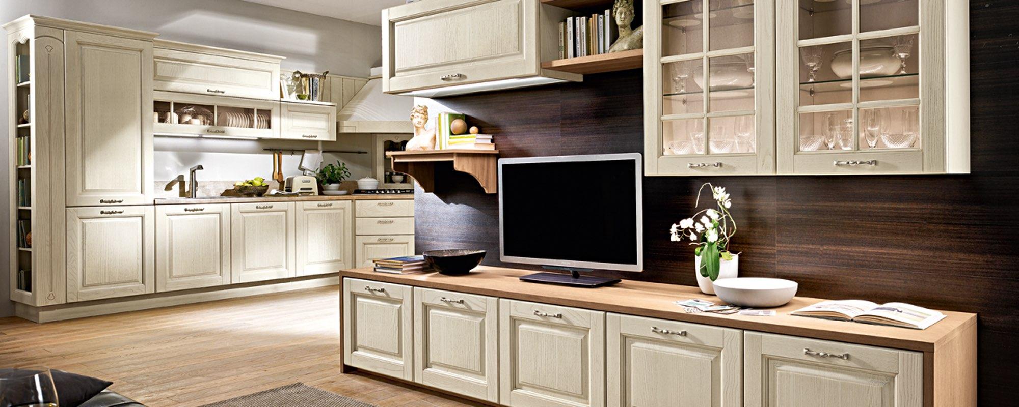 vista di una cucina stosa classica con televisione su un bancone e arredamenti -Bolgheri