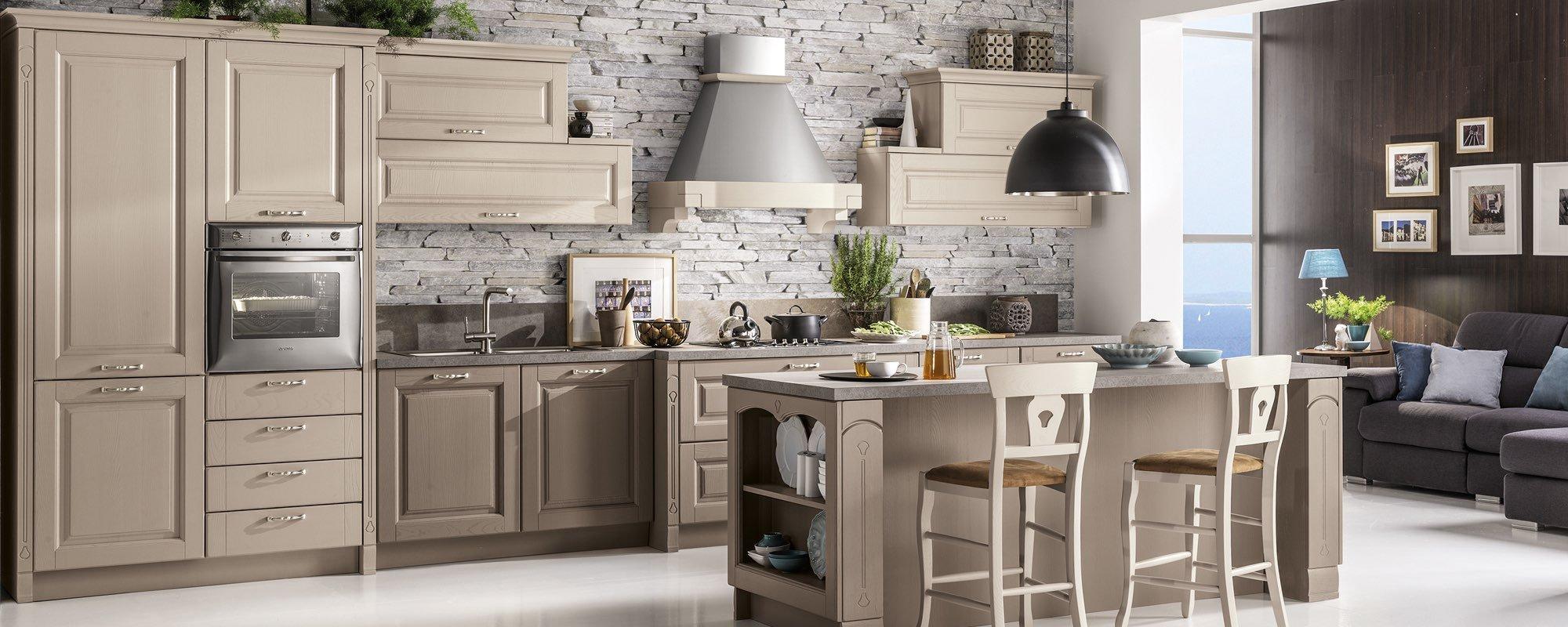 vista interna di una cucina classica con isola, tavolo e sedie -BOLGHERI