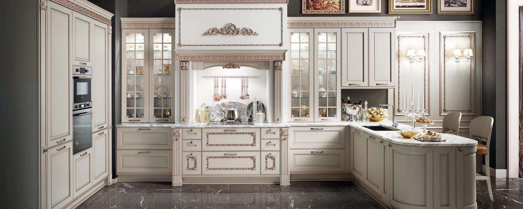 cucina classica bianca con tavolo e sedie -Dolcevita