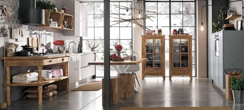 vista interna di una stanza con arredamento in legno