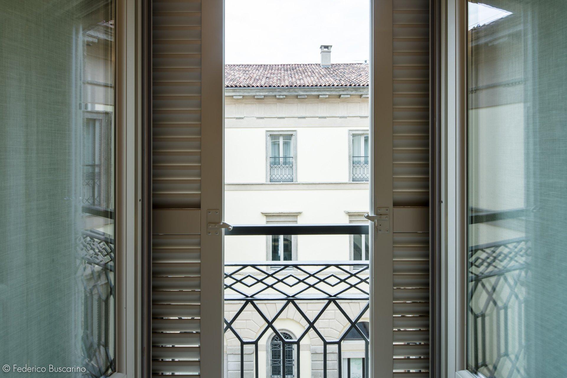 finestra e balconi aperti