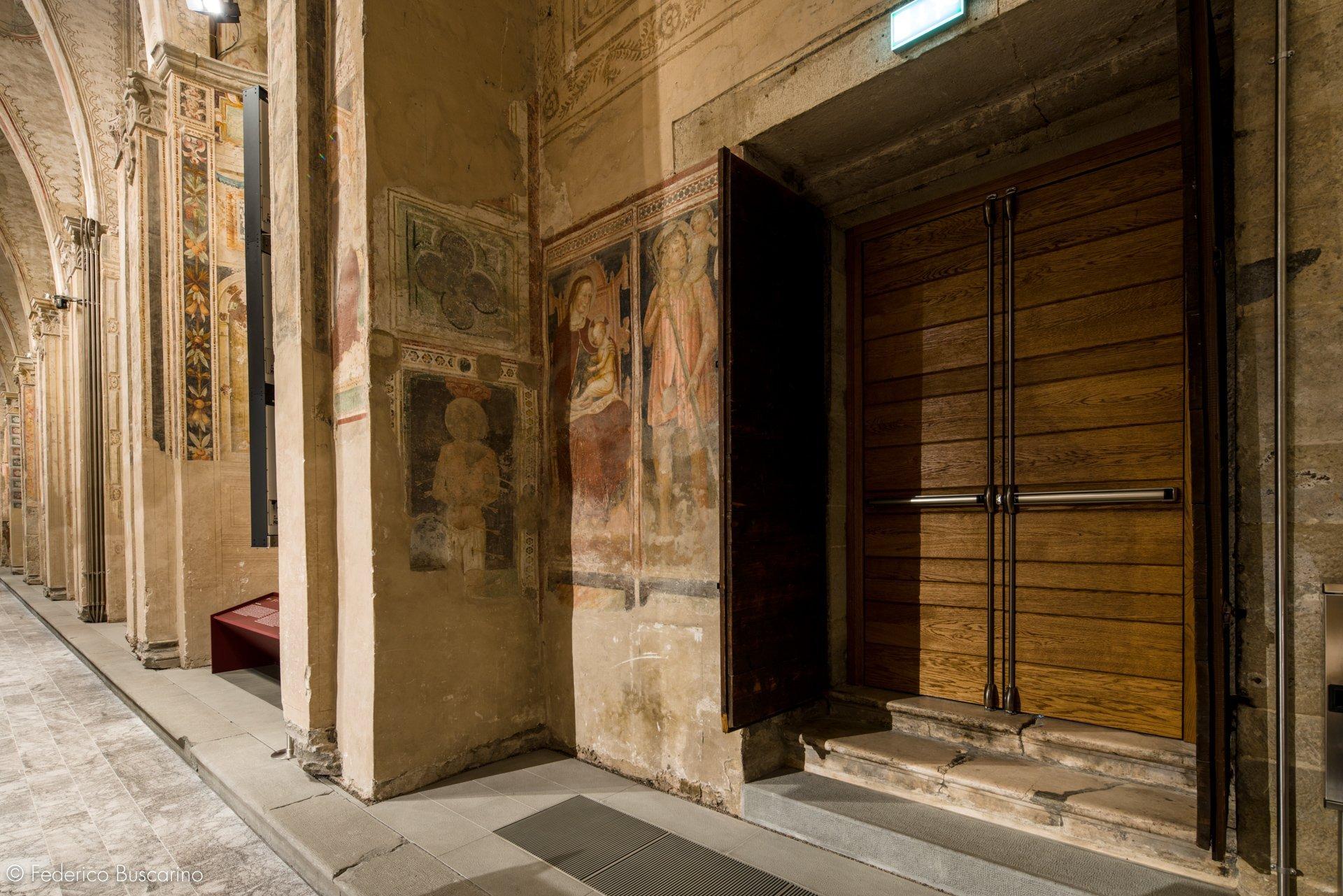 portone in legno su edificio storico