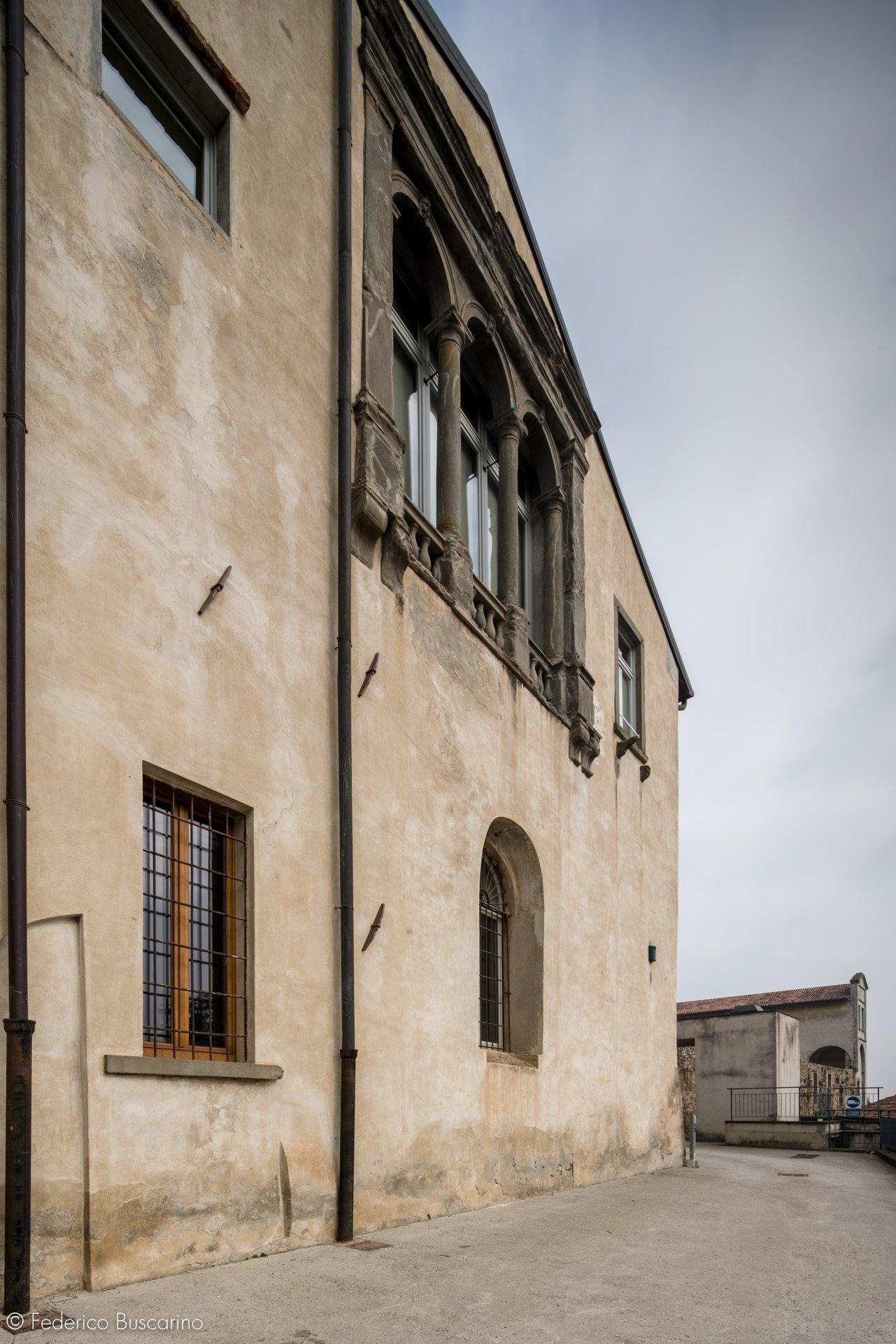 esterno casa con finestre in legno