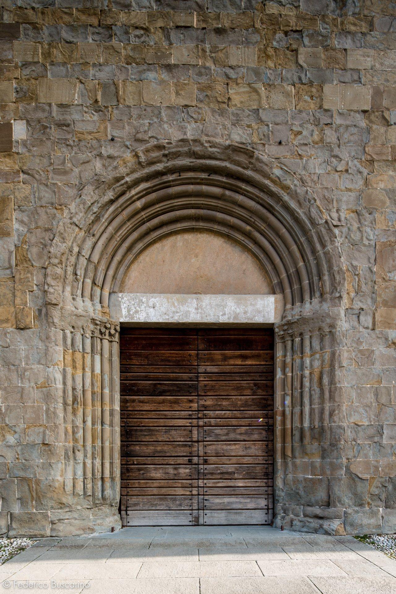 portale in legno di una chiesa