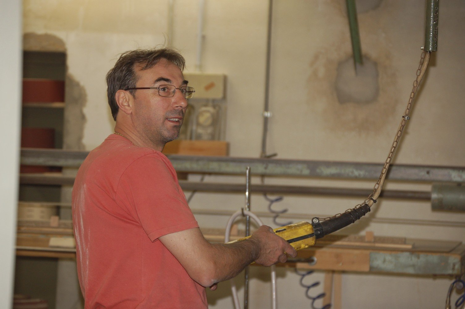 persona che lavora il legno