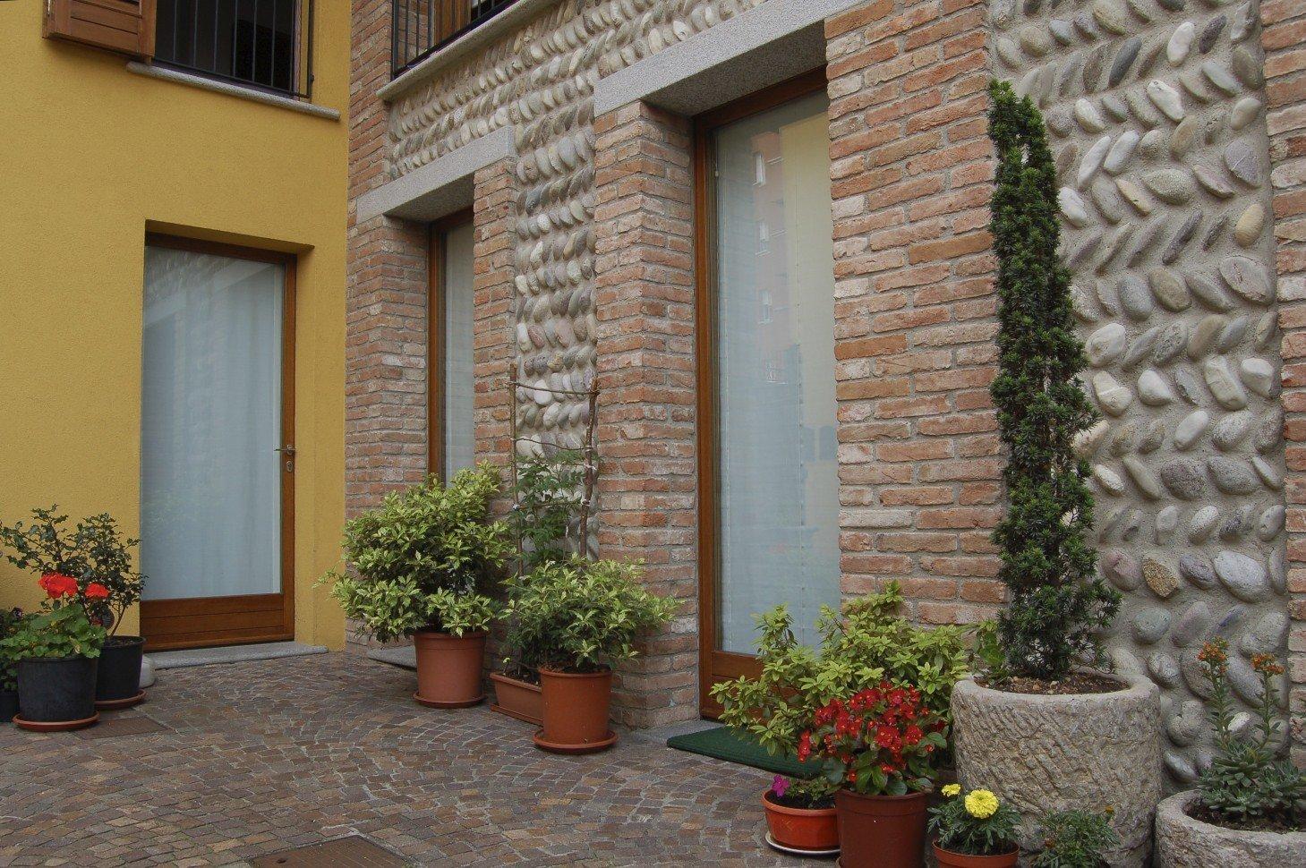 porte finestre su edificio con pareti in mattoni