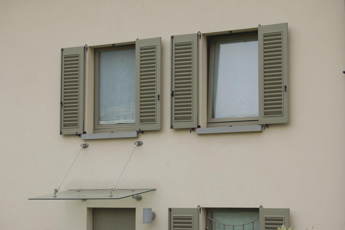 finestre con balconi grigi