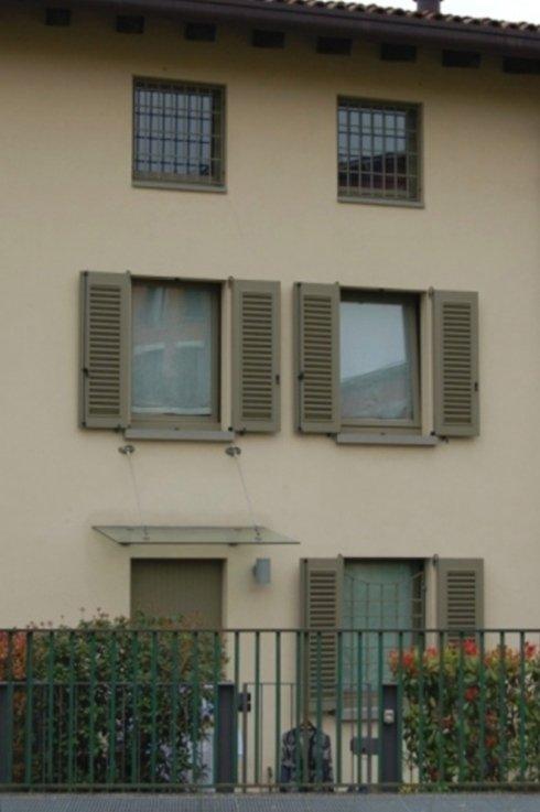 un condominio con delle persiane alle finestre