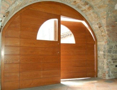 un portone in legno a forma di arco