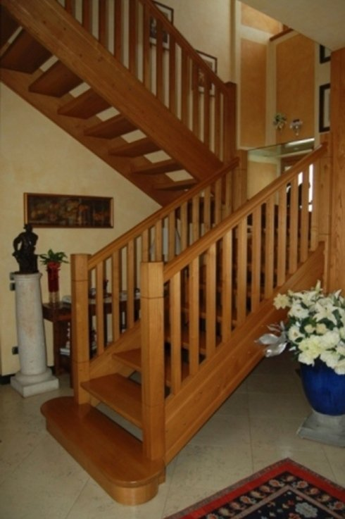 una scala in legno