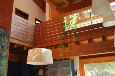 un parapetto in legno all'interno di un appartamento