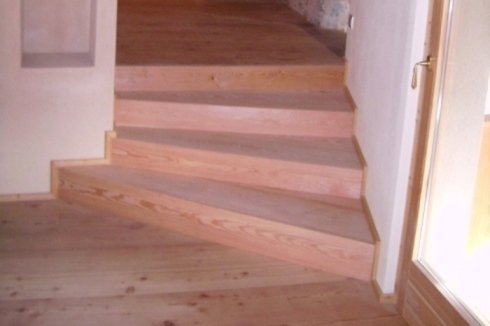 dei gradini in legno chiaro
