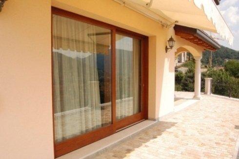 una porta finestra in vetro con vista delle tende