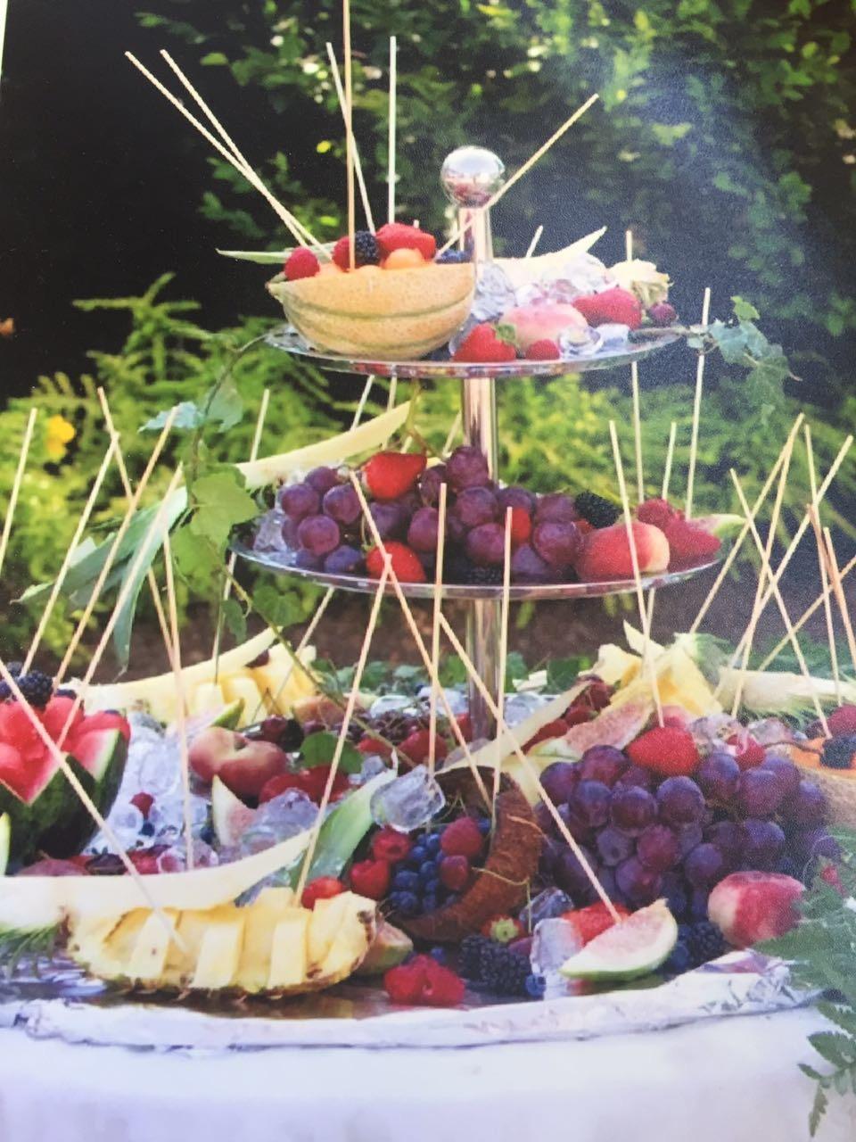 frutta mista su tavola imbandita
