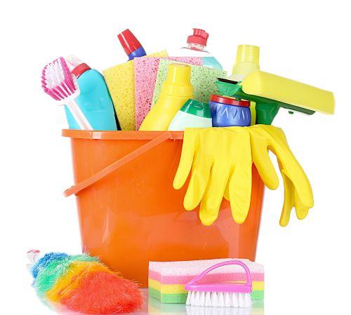 un secchio con dei prodotti per le pulizie