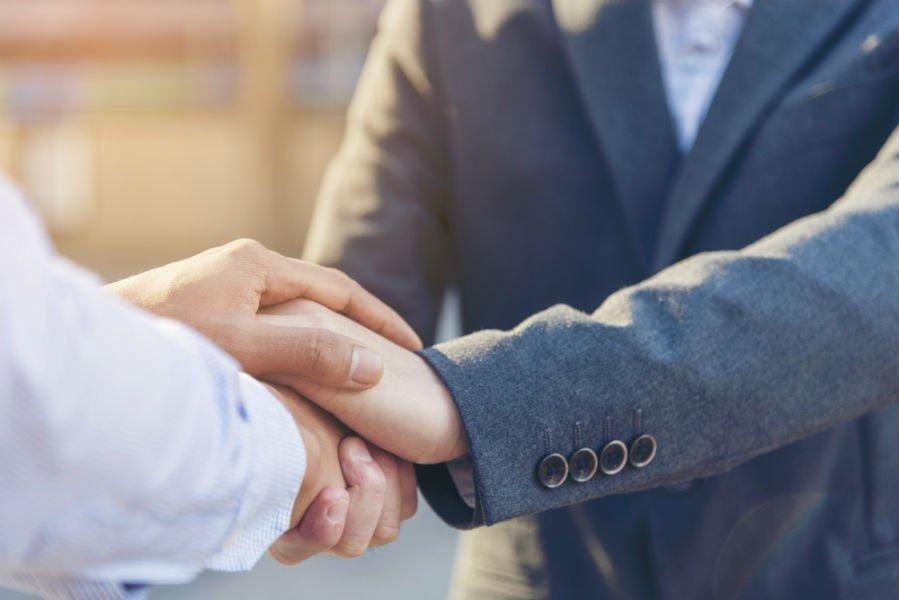stretta di mano fra un professionista e il suo cliente
