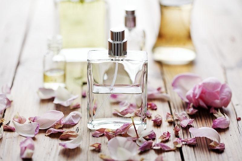 profumi con petali di rosa