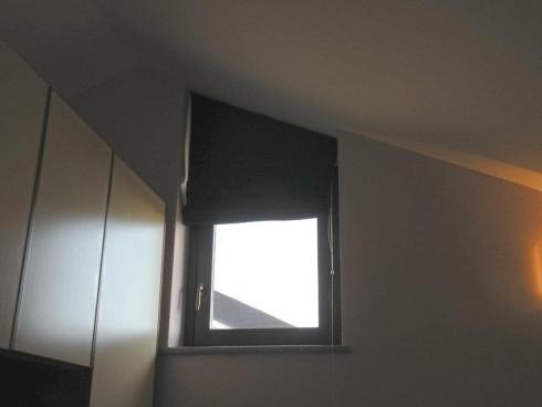 una finestra  con una tenda a pannello