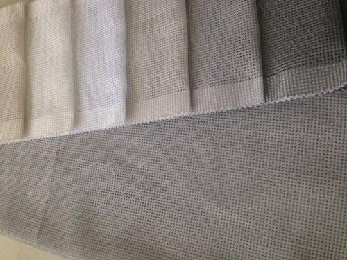 degli esempi di tessuti color bianco e grigio