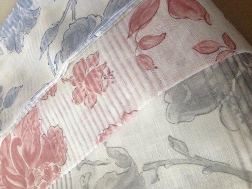 in tessuto con disegni a fiori