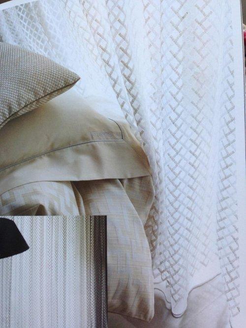delle tende di color bianco a linee marroni