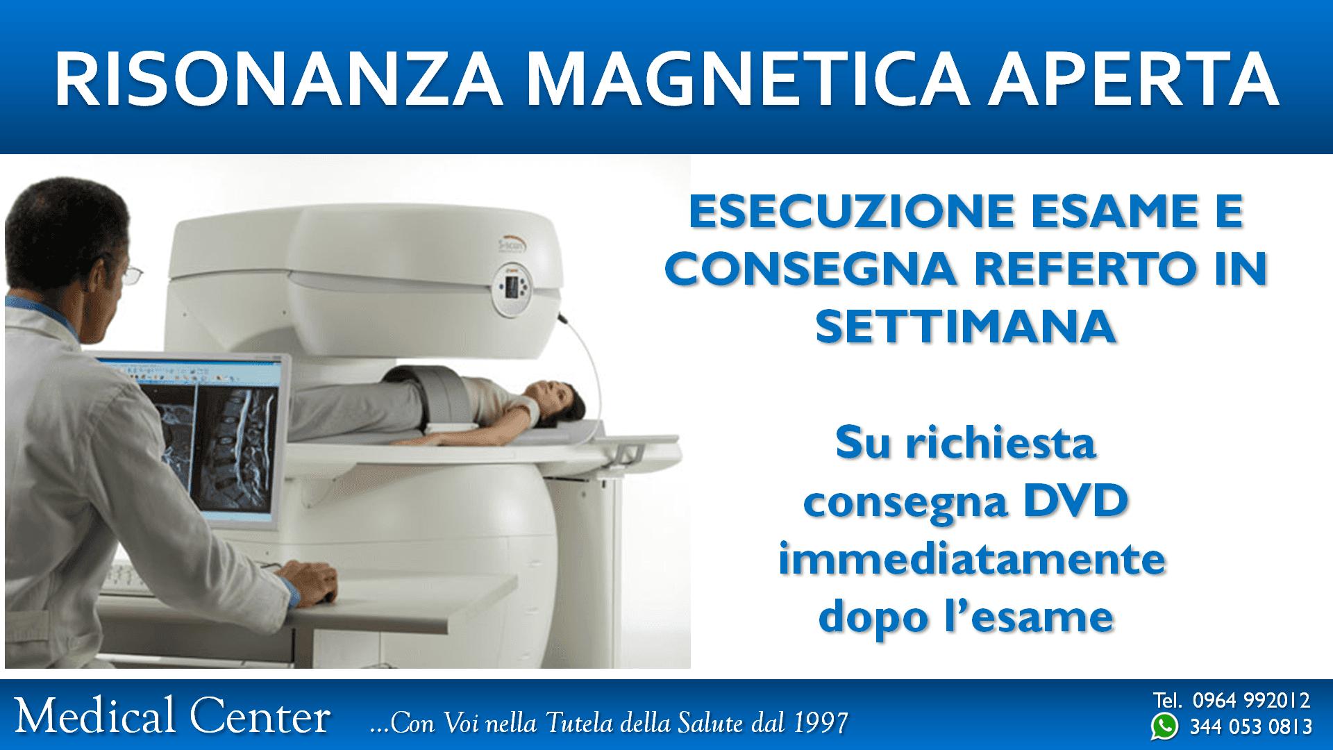medico controlla risonanza magnetica in corso da un monitor