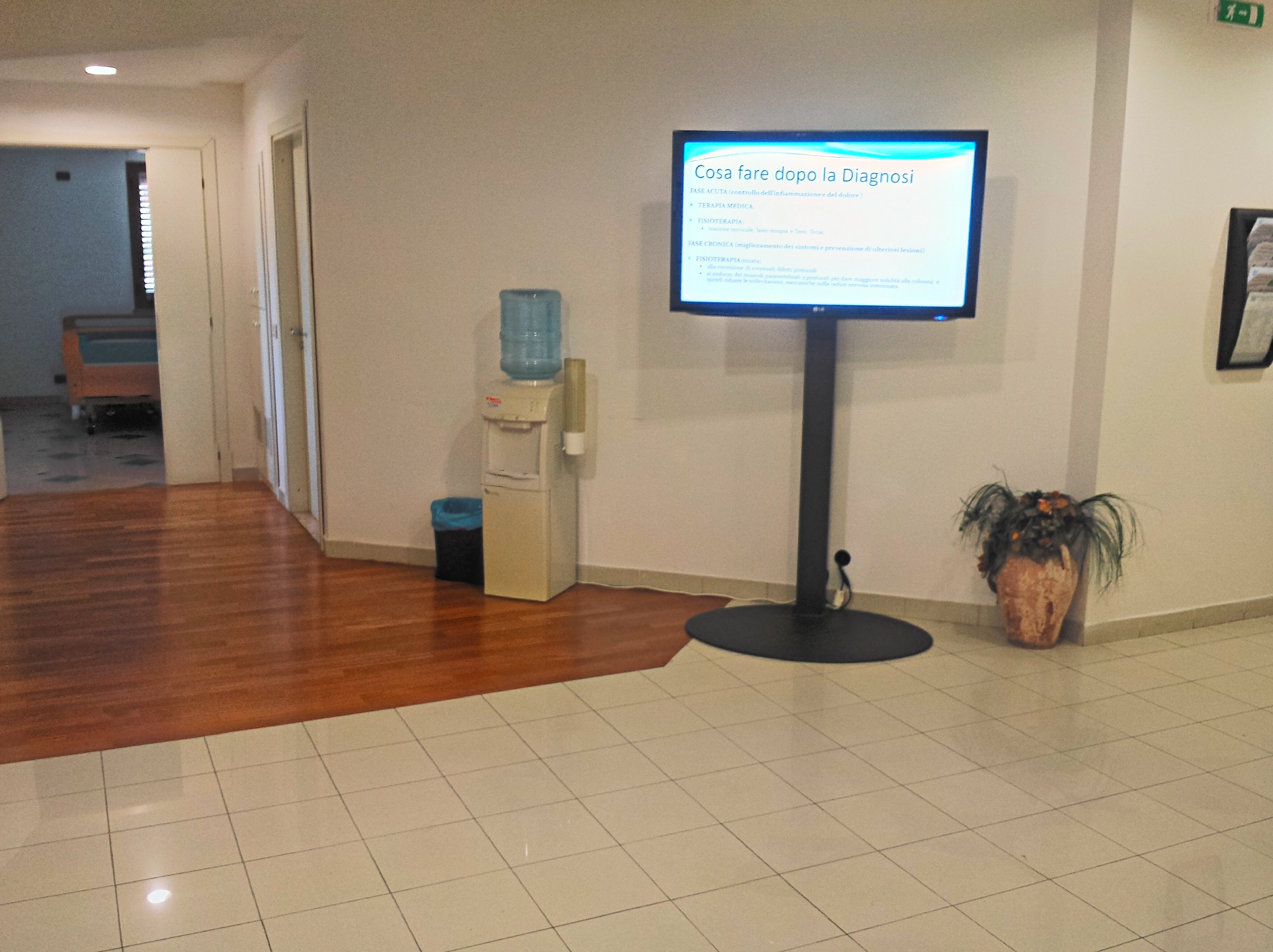 Sala con schermo televisivo