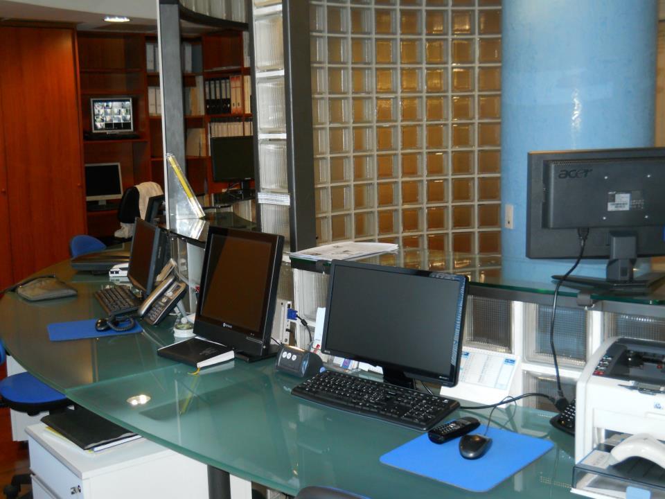 Schermi per computer in un ufficio