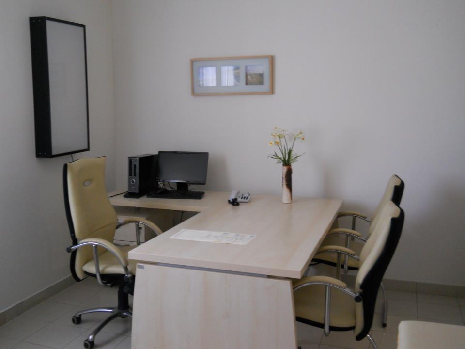 ambulatorio con scrivania e sedie per visite mediche