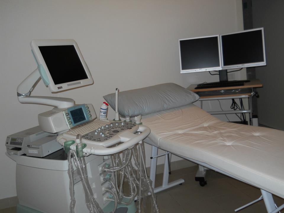 Lettino per visite con monitor e macchinari