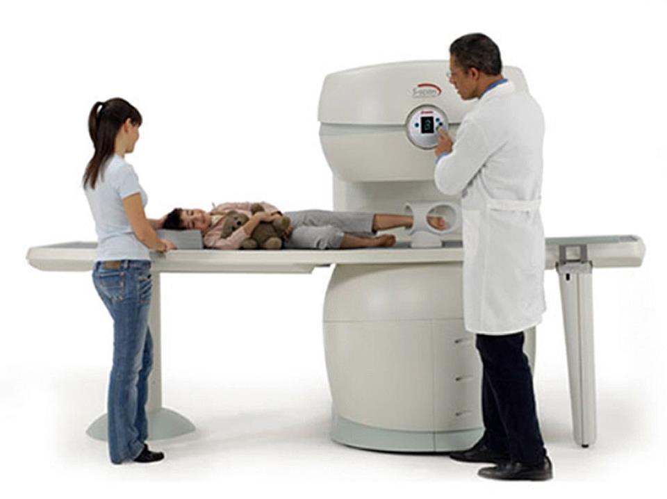 Analisi su macchinario clinico con medico e paziente