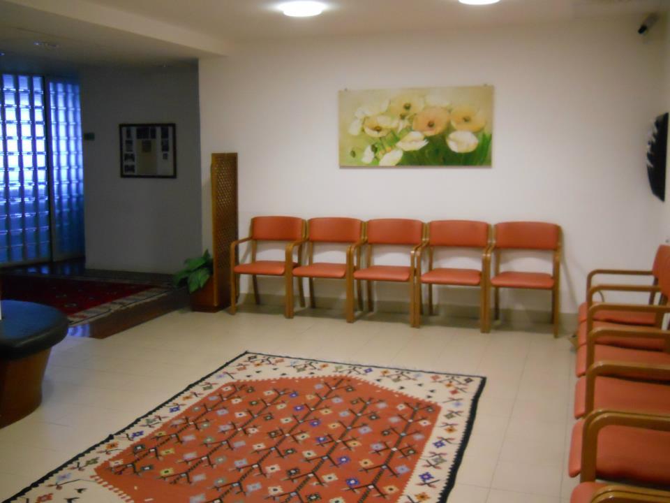 Sala d'attesa con sedie e tappeto