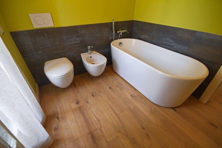 sanirari e vasca da bagno in parquet rovere vecchio