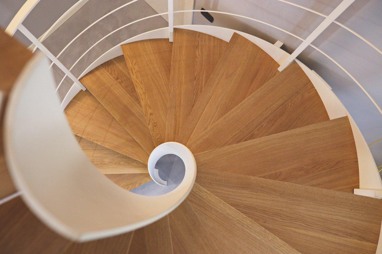 scale a chiocciola con gradini a parquet color marrone chiaro