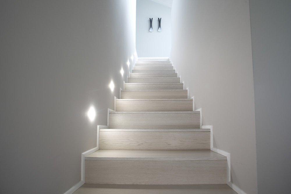 scala interna in rovere bianco con illuminazione laterale vista da sotto