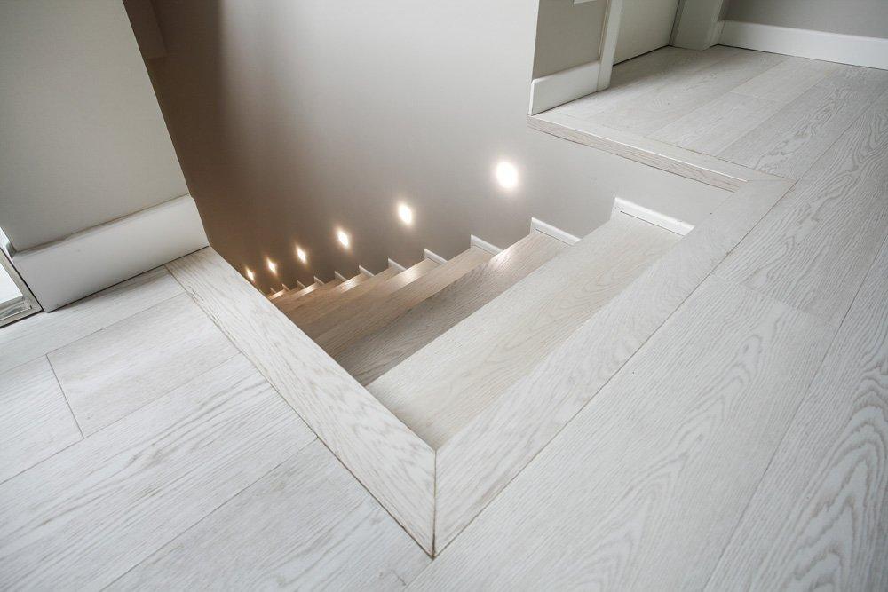 scala interna in rovere bianco con illuminazione laterale